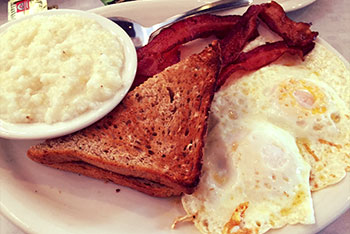 eggs with bacon and grits